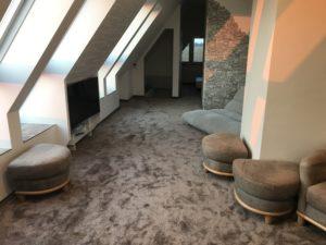 Deckensegel mit integrierter Lichtvoute im Dachgeschoss